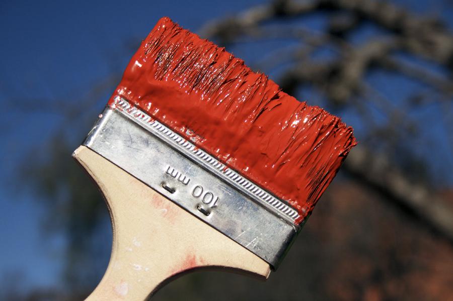 När färg har torkat återstår mest bindemedel som håller ihop pigmenten och ser till att färgen fäster vid underlaget. Foto: Heli Björkman