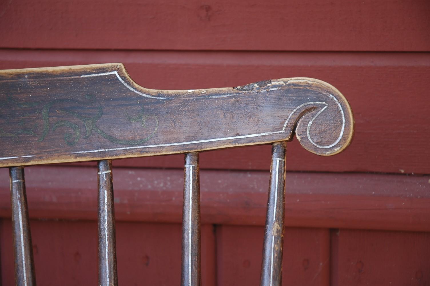 detalj av en gammal pinnstol med ursprunglig målning. foto: Lars Petersson