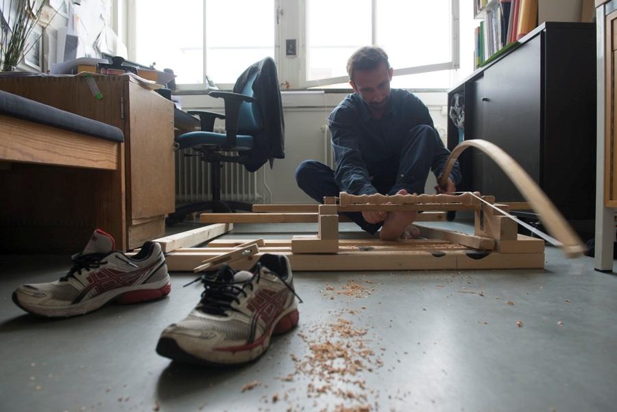 Porträtt på Andreas Nobel, sittandes i den bågsvarv han byggt själv. Foto: Andreas Nobel