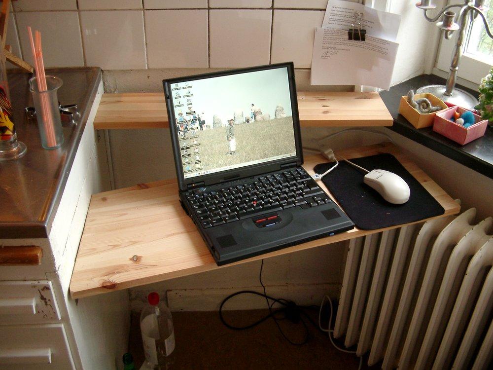 Hemdatorbord som tar tillvara på ett hörn samt parasiterar på omkringliggande möblemang, något Andreas Nobel gillar. Foto Andreas Nobel