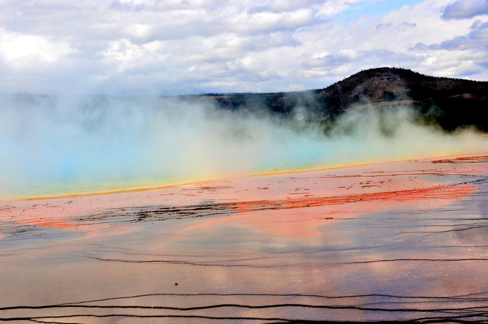 Grand-prismatic-spring-yellowstone-national-park-travel-guide 1