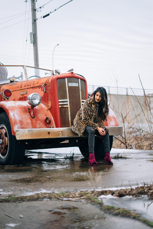 leopard-faux-fur-coat-velvet-boots-winter-style-blogger-outfit 10