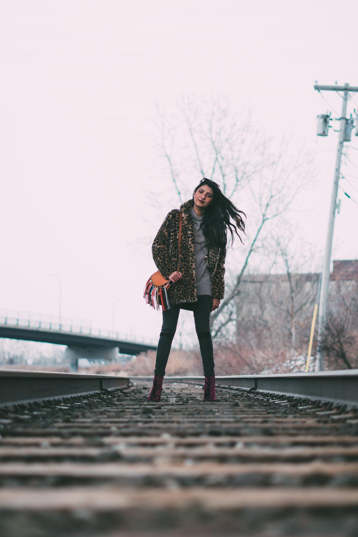 leopard-faux-fur-coat-velvet-boots-winter-style-blogger-outfit 18