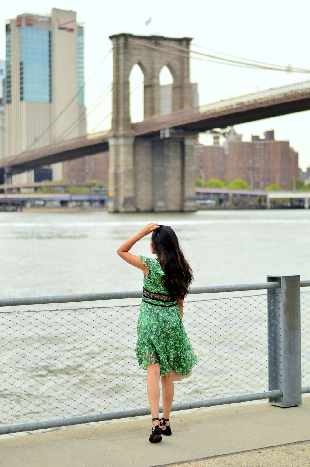 green-leaf-print-summer-sundress-brooklyn-bridge-nyc-blogger-outfit-style 7
