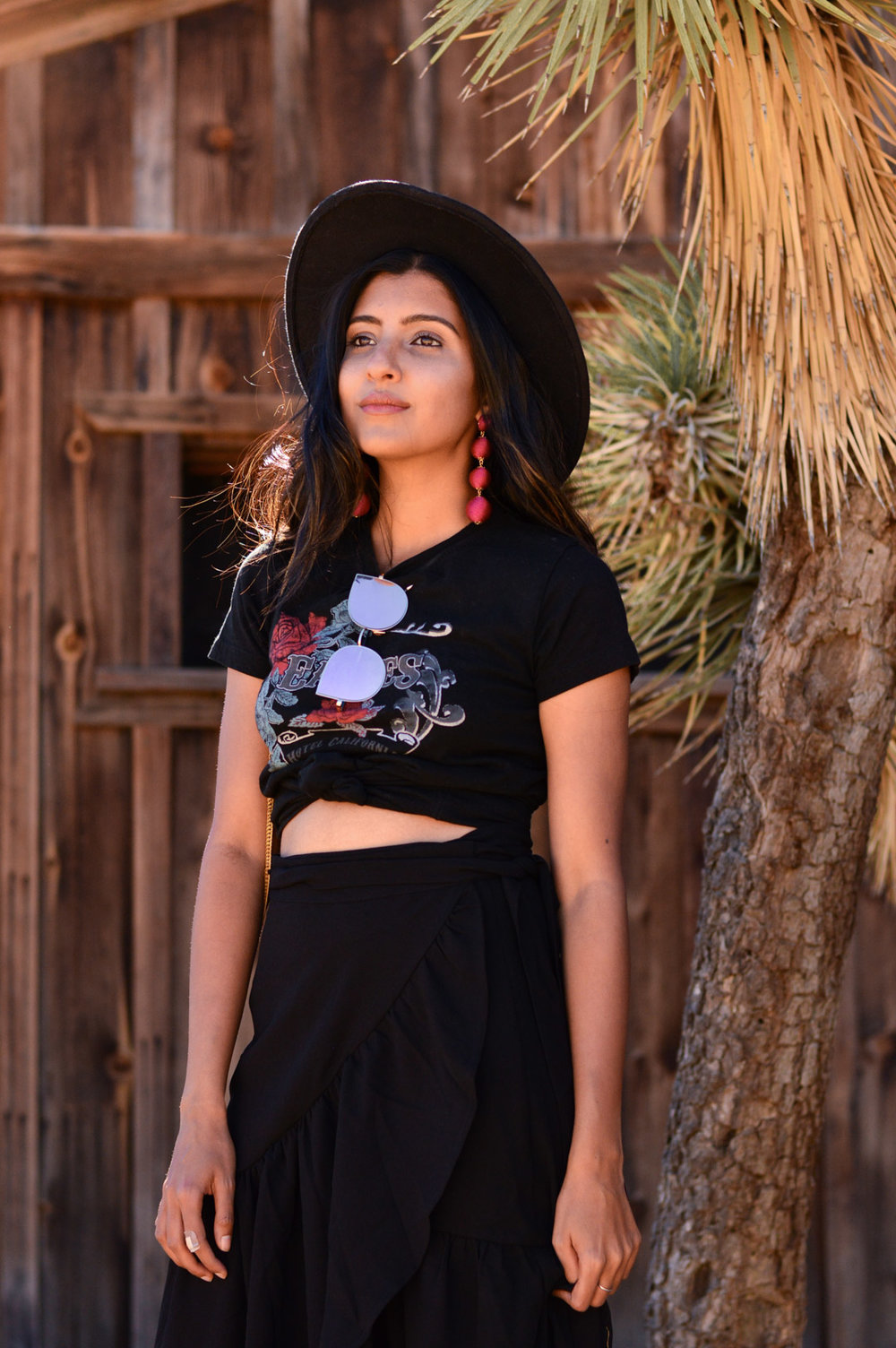 western-vibes-pioneertown-california-band-tee-blogger-fall-outfit 6