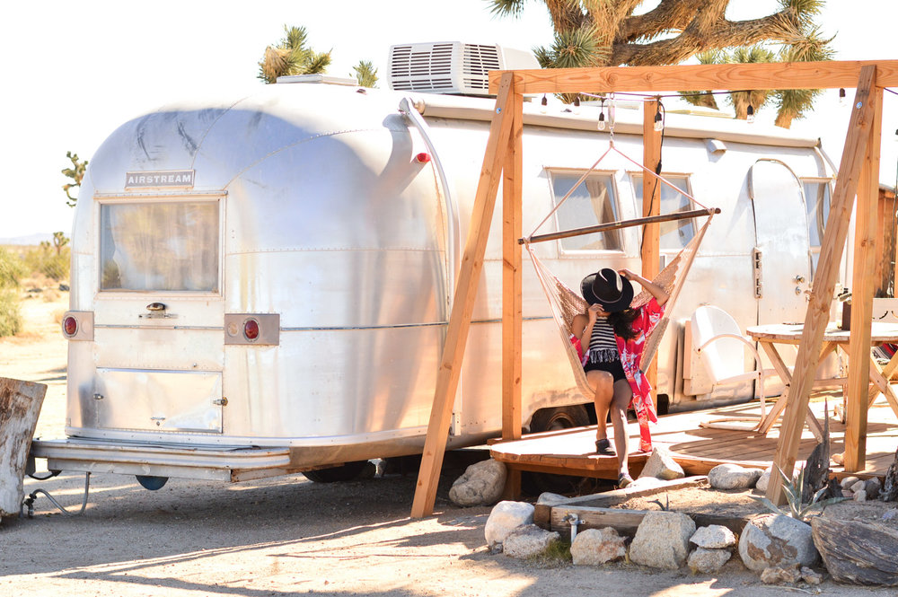 joshua-tree-airstream-bohemian-california-travel-airbnb-blogger-outfit 19