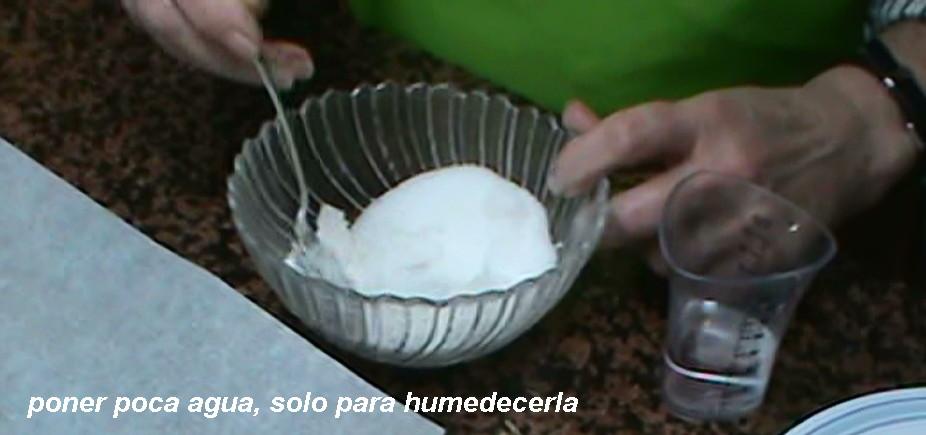 Poner casi a gotas el agua o se deshace el azúcar