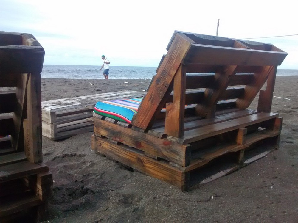 Make beachside benches and tables with old pallets.