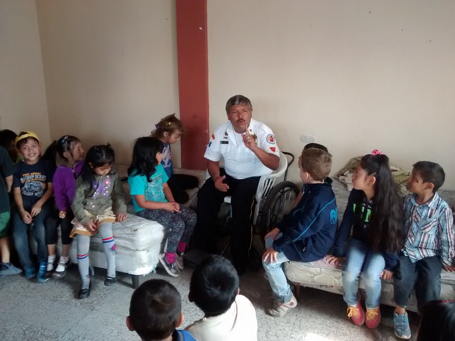 The Chief explained more about the fire house and taught the kids a song about the bomberos (all in Spanish of course).