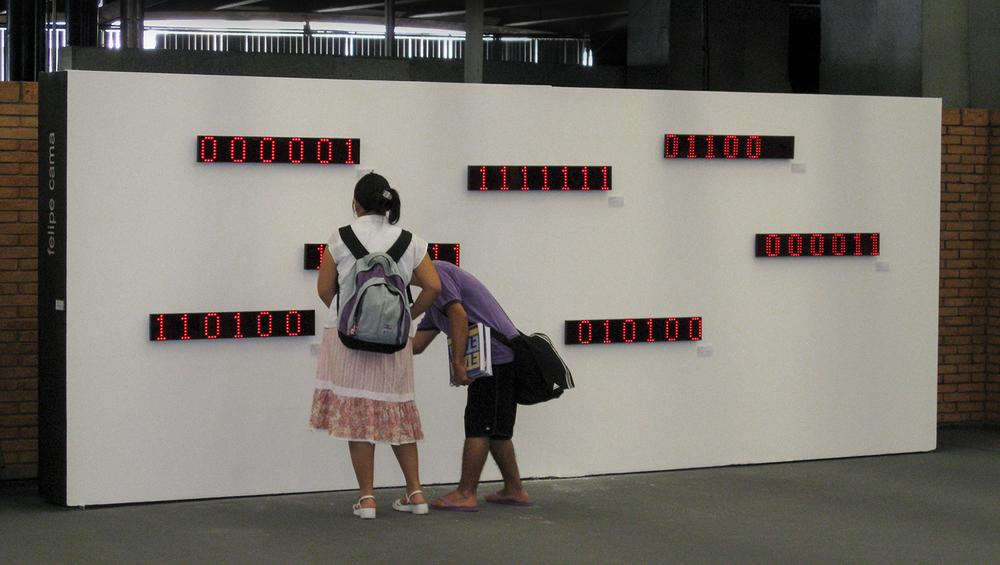 Acervo (detalhe) •2007 •Sete imagens digitais decodificadas em displays luminosos LED, sete etiquetas de identificação  • 13 x 90 cm (cada display), 5 x 10 cm (cada etiqueta) •Coleção de Arte da Cidade de São Paulo