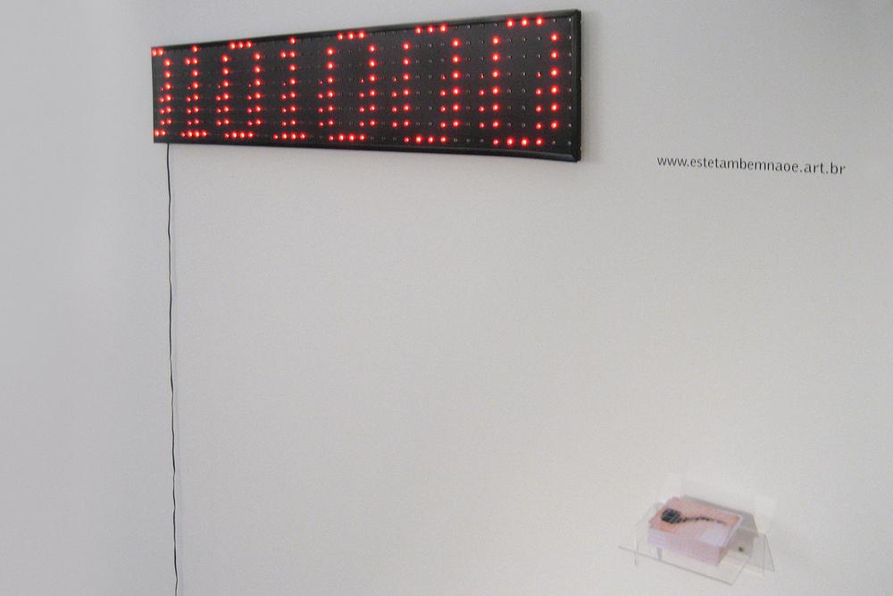 Este Também Não É •2006 •Imagem digital decodificadaem display luminoso LED,imagem digital em website •  20 x 107 cm, 527 x 700 pixels