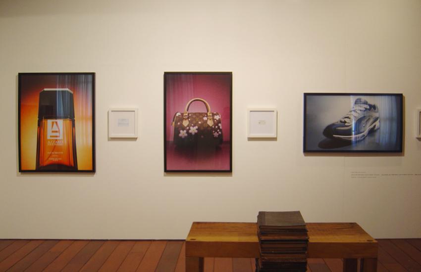 Azzaro: R$ 15,00, Louis Vuitton: R$ 110,00 eNike: R$ 35,00(série O Que Te Seduz) • Vista da exposição