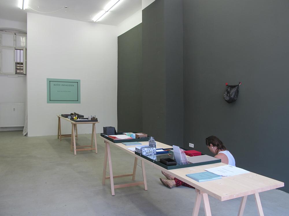 Boite Invaliden: exposição coletiva na Invaliden1 Gallery, em Berlim, Alemanha. Junho de 2011.Projeto de curadoria de Paulo Reis, com obras interativas transportadas desde São Paulo até a galeria em Berlim em uma valise.