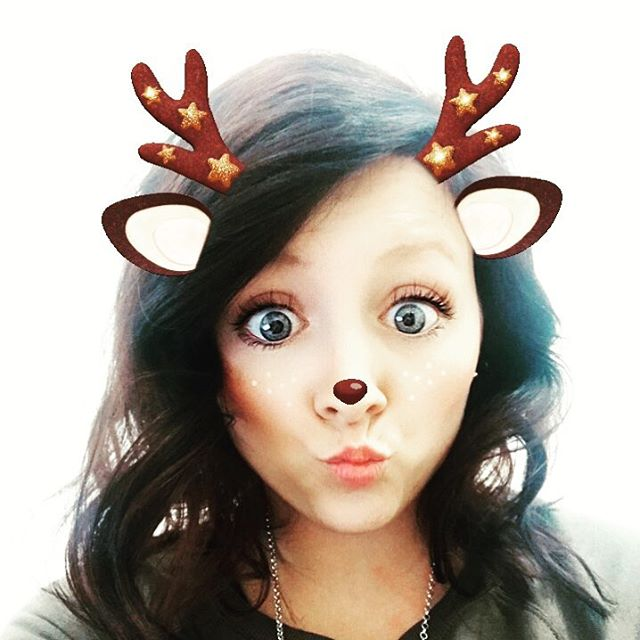 Feeling cheeky and festive🦌🎄! (PS, I love to change my hair 💇🏼‍♀️—  💇🏻‍♀️).