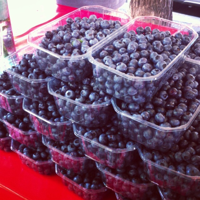 Blueberries are a detox staple and can be found at Marché Batignolles in the summertime