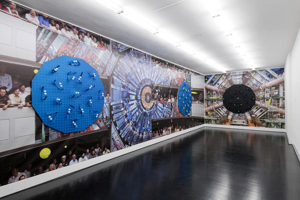 Luca Pozzi, Detectors, 2015. Vista dell'allestimento a Spazio 22, FL Gallery : Photo © Cosimo Filippini. Foto sullo sfondo: © CERN (LHC, Atlas Detector) and Michael Hoch (CMS Experiment)