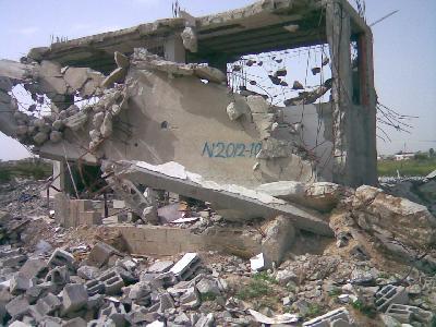 """2009 - Il libro delle distruzioni di Gaza, """"una verifica della distruzione di edifici dopo gli attacchi degli occupanti israeliani"""".  Quartier N2012-10: Beit Hanon Nord; vicinanze: Al-Sikka; data di distruzione: 4 gennaio 2009; metodo di distruzione: bulldozer; data d'ispezione: 14 aprile 2009; stato dell'abbattimento: completamente distrutto. © Ministero dell'Edilizia e delle Opere Pubbliche dell'Autorità Palestinese."""