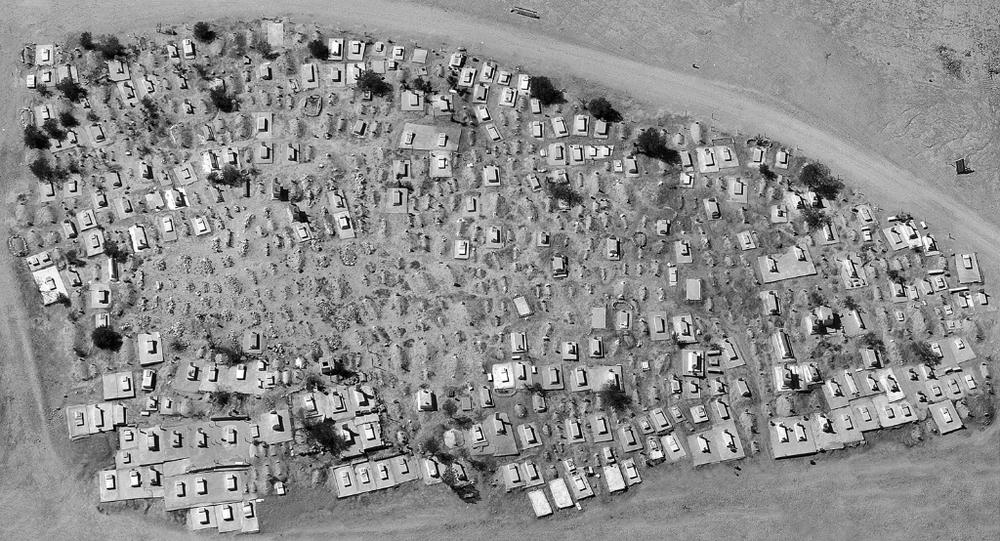 1945 - 2014 - Rivendicazioni territoriali dei beduini nel Deserto del Negev, la storia sulla soglia della rilevabilità.  Cimetière al-Türi, al-'Araqïb, Fazal Sheikh, 9 ottobre 2011. Le tombe al centro del cimitero sono le più vecchie e datate a prima della formazione dello Stato d'Israele. © Fazal Sheikh