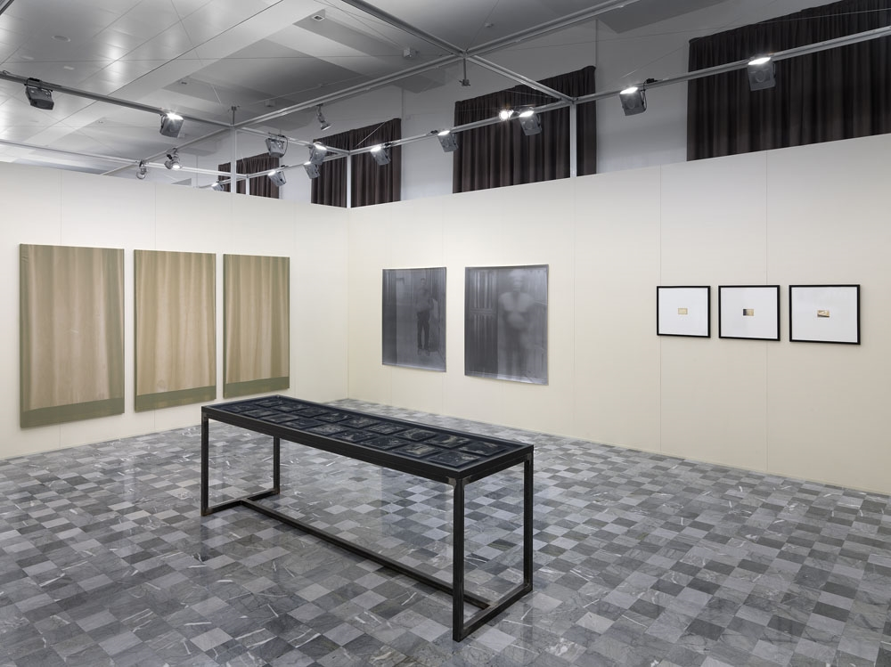 LA CAMERA. Sulla materialità della fotografia, Palazzo de' Toschi, Bologna (veduta dell'allestimento). Foto di Dario Lasagni