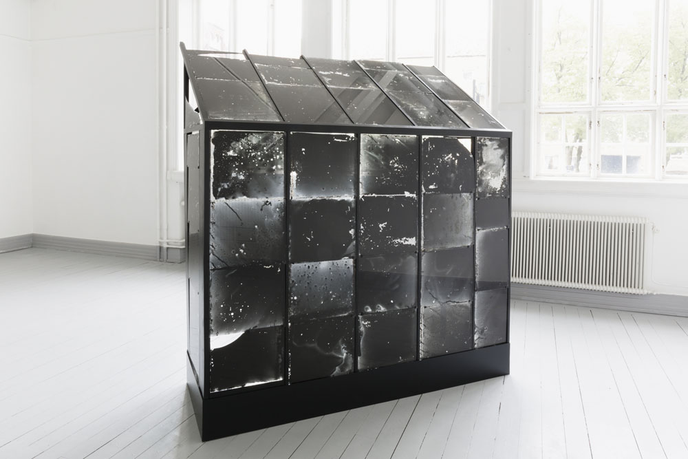 Johan Österholm, Structure for Moon Plates and Moon Shards, 2015. Costruzione in legno (200 x 200 x 70 cm circa), vetri da serra dismessi, emulsione ai sali d'argento, luce della luna piena  (Courtesy dell'artista e Galleria Grundemark Nilsson, Berlino)