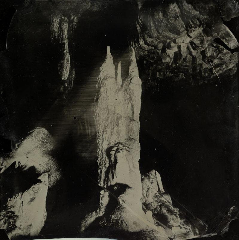 Dove Allouche, Les pétrifiantes, 2012. 18 ambrotipi su vetro, 20,5 x 20,5 x 0,5 cm ciascuno; teca in vetro e acciaio, 85,5 x 67 x 253 cm (Collezione FRAC Bretagne, Rennes)