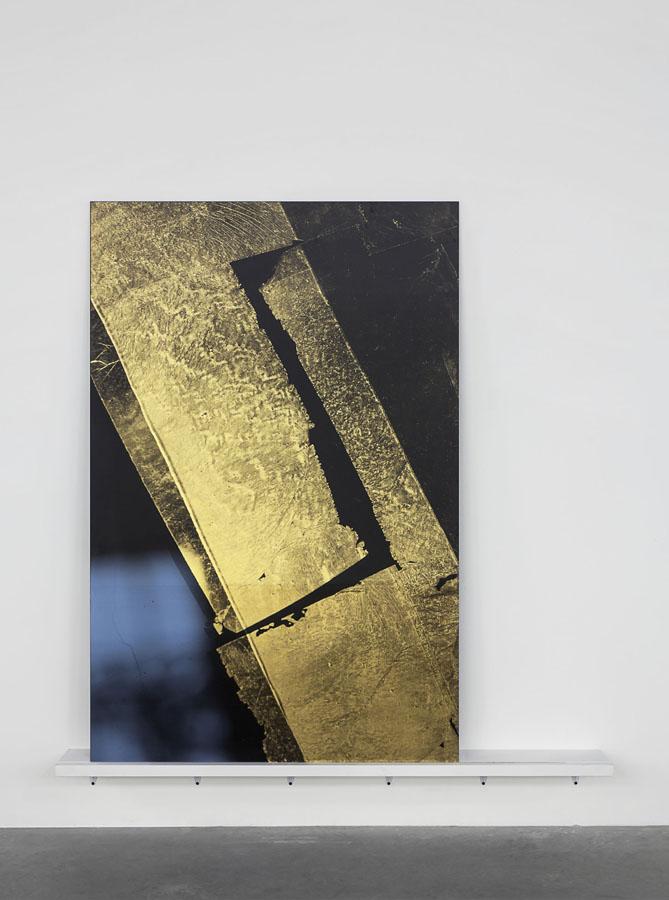 Simon Starling, High I, 2015. Serigrafia, foglia d'oro, pittura su vetro, 150 x 100 x 0,6 cm (Foto di Sebastiano Pellion di Persano. Courtesy dell'artista e Galleria Franco Noero, Torino)