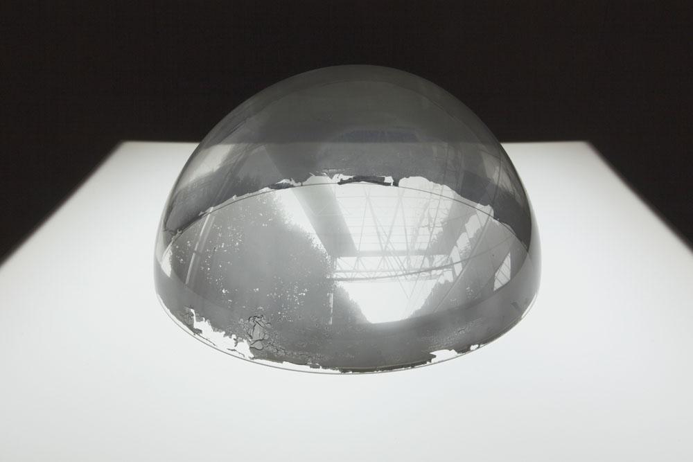 Attila Csörgő, Semi-Space, 2001. Stampa in b/n all'interno di una cupola in plexiglas (Ø 34 cm), tavolo luminoso  (Courtesy Galleria Gregor Podnar, Berlino)