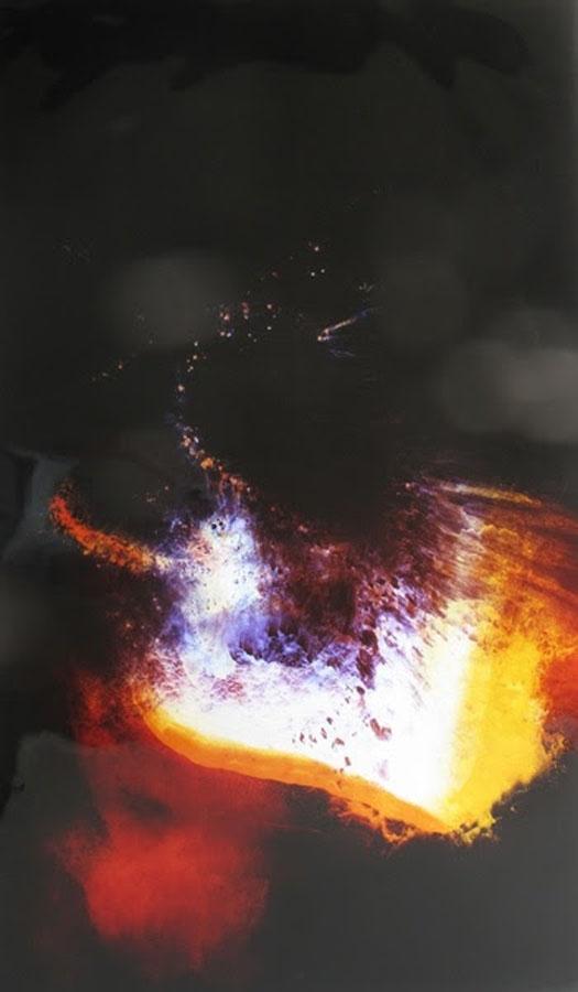 Raphael Hefti, Lycopodium, 2012. Fotogramma ottenuto bruciando spore di Lycopodium su carta fotografica a colori, 180 x 120 cm (Courtesy dell'artista e Galleria Bruce Haines Mayfair, Londra)