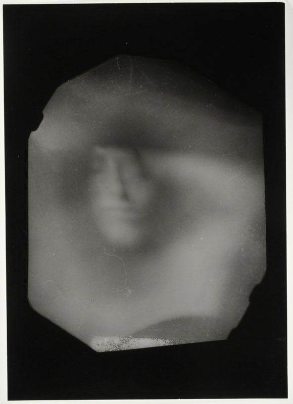Paolo Gioli,  Pugno contro me stesso , 1989. Stampa fotografica in b/n da negativo realizzato con pugno stenopeico, cm 18 x 13, e fotografia di documentazione  (Courtesy dell'artista)