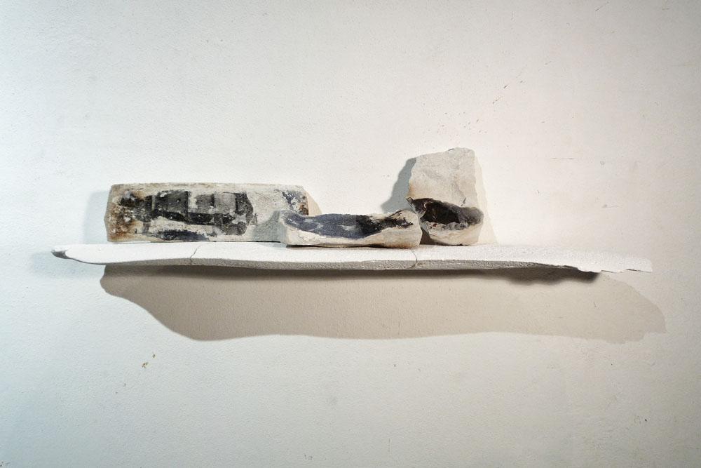 Franco Guerzoni, Fueros, 2015. Stampa fotografica su gesso, scagliola, 20 x 85 x 16 cm  (Courtesy dell'artista)