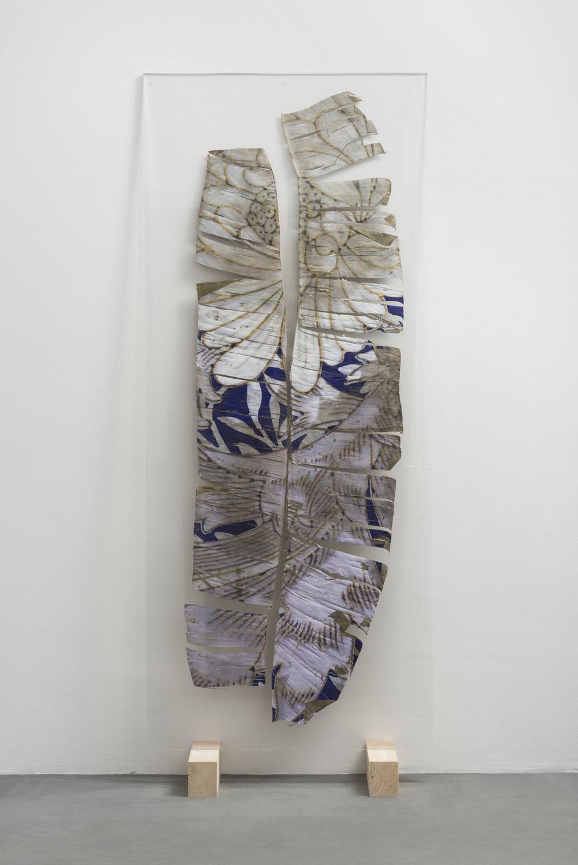 Luca Trevisani, Notes for dried and living bodies, 2015. Stampa UV su foglia secca, plexiglass,184 x 79 cm  (Courtesy Galleria Mehdi Chouakri, Berlino)