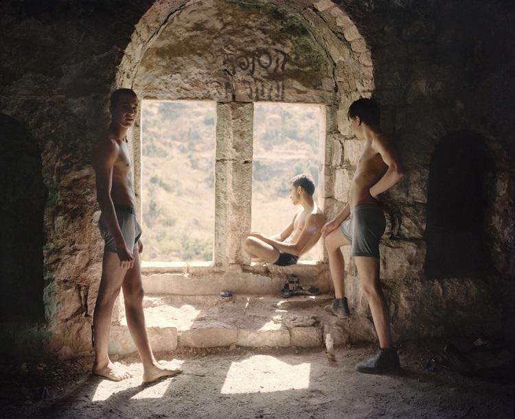 Vittoria Mentasti, Boys, Lifta, Israel 2014 Stampa inkjet su carta Baryta, cm 30x37 © Vittoria Mentasti, courtesy Viasaterna