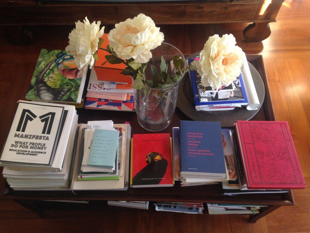 Foto dei libri dietro la mia sedia_scrivania.JPG