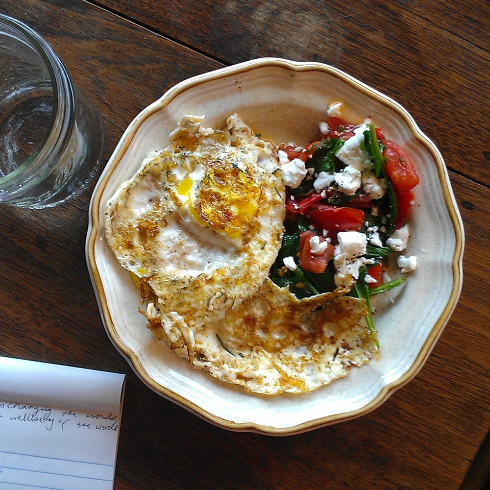 Fried eggs with tomatoes and arugula