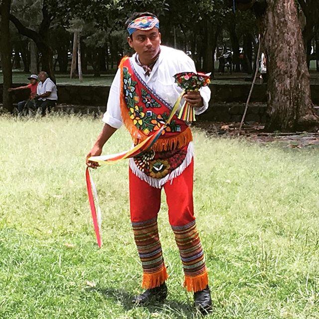 Puro #estilo #mexicano aquí. #indigenous #fashion #style