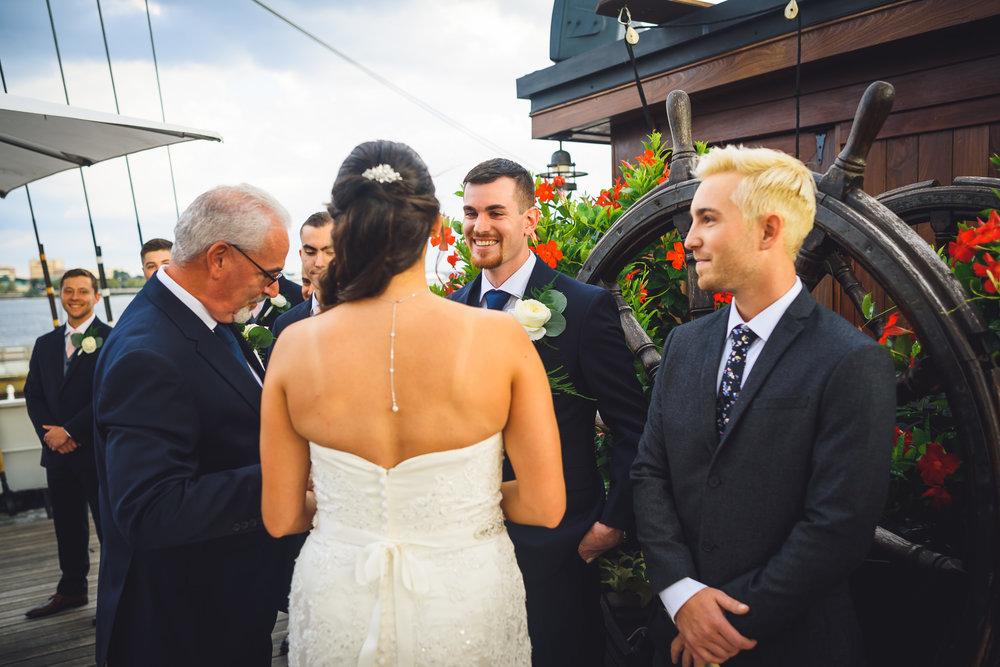 Moshulu-Wedding-Photographer-0033.jpg
