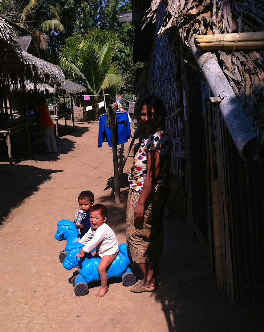 Children playing (Mong Sa Tur community)