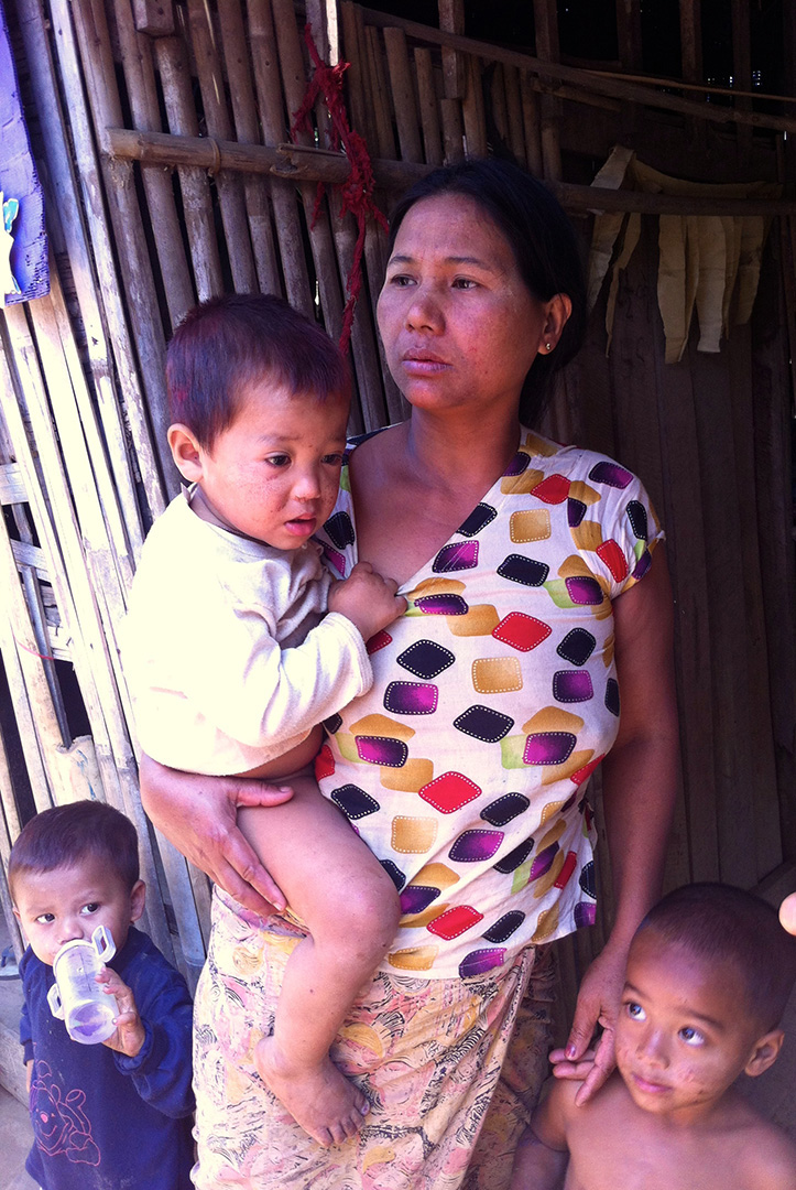 A mother and children (Mong Sa Tur community)