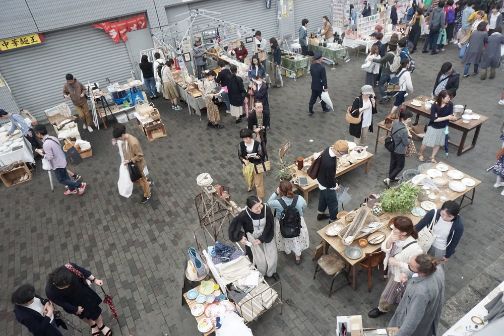 """什麼是跳蚤市場/FLEA MARKET? 跳蚤市場的由來一般相信是於1860至1870年代之間的法國開始,當時在巴黎有大批的人要從一個地方搬遷到另一個村落去,有些大型的家當難以搬運,因此大家就拿出來拍賣,也就形成了所謂的二手交易市場。 1884年,巴黎政府爲維護市容,命令3萬多名靠撿破爛爲生的貧民,將市區廢棄物搬運到一處廢棄的軍營,貧民們自行分類過濾,並將有用的物品就地出售,形成了一處固定的市集。由於物品上經常有跳蚤,所以被稱爲跳蚤市場。 一般來說,歐美各國的大城市幾乎都有固定的跳蚤市場,越是古老的國家或城市,跳蚤市場裏的寶貝越多,所以,美國的紐約或洛杉磯,就比不上英國的倫敦、荷蘭的阿姆斯特丹或法國巴黎。 普遍上認為跳蚤市場是由法文「Marchèaux Puces」而來,也有另一個說法是當時他們搬遷時,商人將新的聚集地稱作「逃避市場」(FLEE MARKET),進而演變成「跳蚤市場」(FLEA MARKET),第三個說法則稱18世紀的紐約跳蚤市場,當時被稱為FLY MARKET,但荷蘭人將市集稱為VLIE,其發音為FLEA。 說到跳蚤市場,首要條件東西一定要「舊」,沒經時間歷練的物品是無辦法堆砌出味道的,同時在舊貨淘寶的另一種樂趣就是「價值時差」,在某些「獵人」的印象中,跳蚤市場是可以買到超值便宜貨的地方,1990年代後期,例如美國 Antiques Roadshow,強調在跳蚤市場買到的物品,其價值遠比它在跳蚤市場裡的售價為高。 亞洲沒幾個地方能做好,因為跳蚤本來這是一件「集體性」存在,要由不同年歷而且豐富種類性的舊物至能夠組成一個「市場」,其中最出彩的歷史不得不說北歐、法國、維多利亞老時期出產的物品,好啦好啦,越說越遙遠。 沒關係,因為最近我們的日本東京,就有一個近年舉辦得火熱的 """"東京蚤之市""""。"""