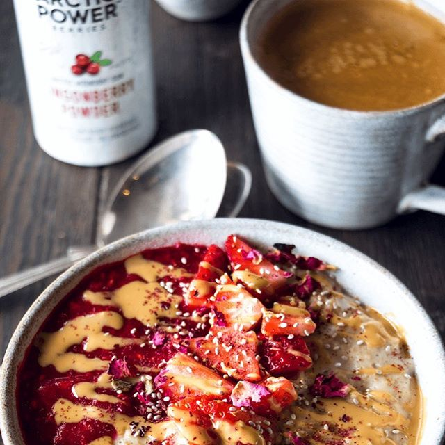 Cashew & Lingonberry porridge! By adding one to two teaspoons of our pure berry powders to your breakfast bowl, you make sure you'll get your vitamins, antioxidants and fibre first thing in the morning 😊  Recipe now up on website at ✨www.arcticpowerberries.com✨ xxx Eve & Anna