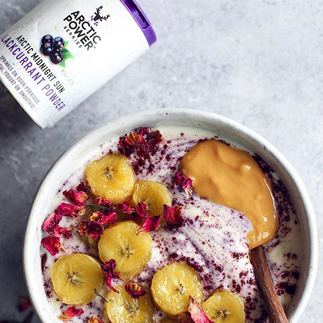 To enjoy berry yogurt without all the refined sugar, simply stir a teaspoon of Arctic berry powder to a natural yogurt. While doing so, you also feed your body with tons of nutrients 😊Here's Arctic blackcurrant yogurt with caramelised banana and peanutbutter. Recipe up on ⭐️www.arcticpowerberries.com⭐️ Have a great new week 😘