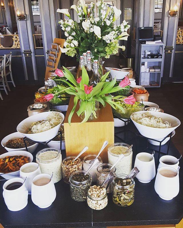 Visste du att det inte är enbart konferensgäster som får njuta av vår härliga lunchbuffé? Alla är varmt välkomna att komma och äta hos oss! Lunchbuffén består alltid av en kött/fågel, en fisk, en vegetarisk rätt samt dagens soppa. Som tillbehör har vi vår fräscha salladsbuffé! Så alla, oavsett specialkost och allergener kan komma till Hasselbacken och äta sig mätta 🌸🤗 #restauranghasselbacken #scandichasselbacken #Djurgården #Vårsol #lunch