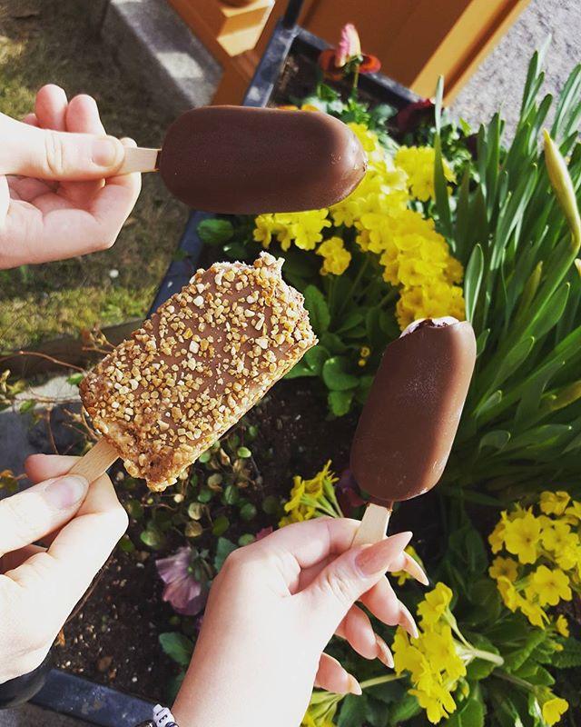 Bokningsteamet har tagit årets första glass för att prova några av säsongens nyheter (men en av dom fegade ur!#88:an) #scandichasselbacken #restauranghasselbacken #påsk blomster #personligablomster #merglassåtfolket