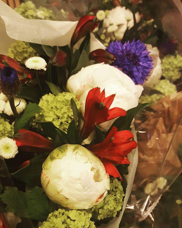 När vi har ett sällskap som firar #17.mai i Hazeliussalen så beställer vi självklart hem blommor i landets färger!  #HejaNorge #scandichasselbacken #Djurgården (blommor som alltid från vår fantastiska @personligablomsterinredning 👌)