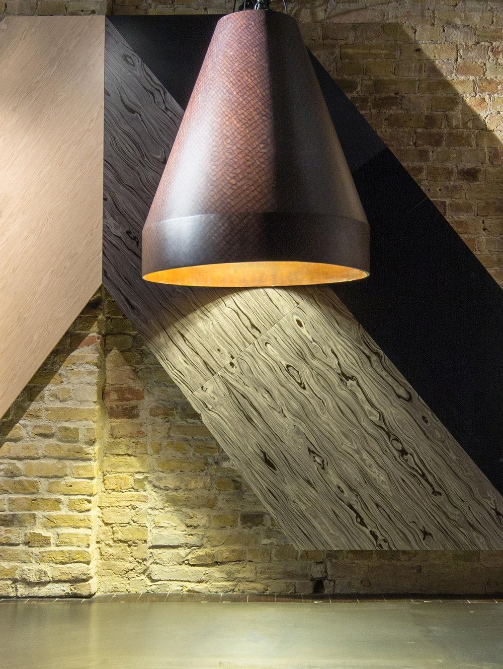 Студия Sergey Makhno Architects представилановую лампу JET с использованием шпона  ALPI Pirarucu , разработанного бразильскими дизайнерами Campana Brothers. Сергей Махно, насколько нам известно, является первым дизайнеровв мире, использовавший этот шпон от Campana Brothers.