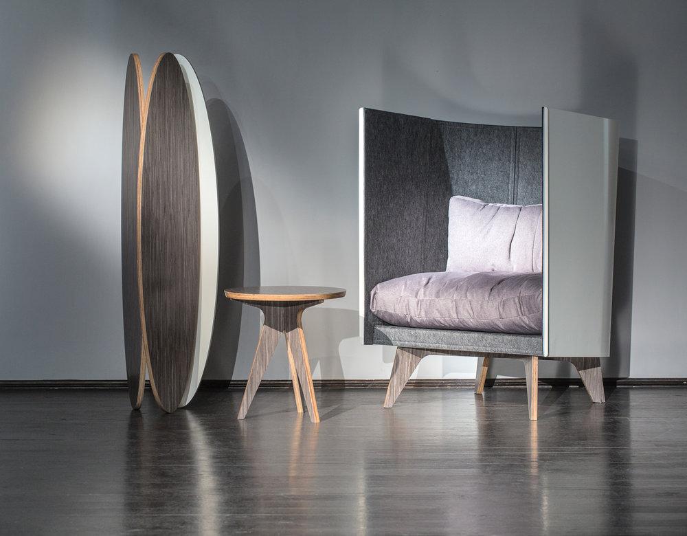 Дизайн-бюро ODESD2 презентовалопублике набор из трех авторских изделий:  кресла, напольной лампы и журнального столика , с использованием нового шпона  Dark Grey Lati . Этот шпон был ранее замечен на Миланской Неделе дизайна iSaloni 2016 в изделиях бренда Lamborghini Casa.