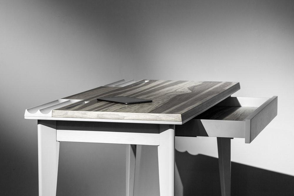 Дизайнер Павел Ветров создал особую версию  стола OLLLY , который ранее получил престижную международную премию Red Dot Design Award. Он использовал шпон ALPI Wear American Walnut, полюбившийся ему из-за своей природности и текстуры.