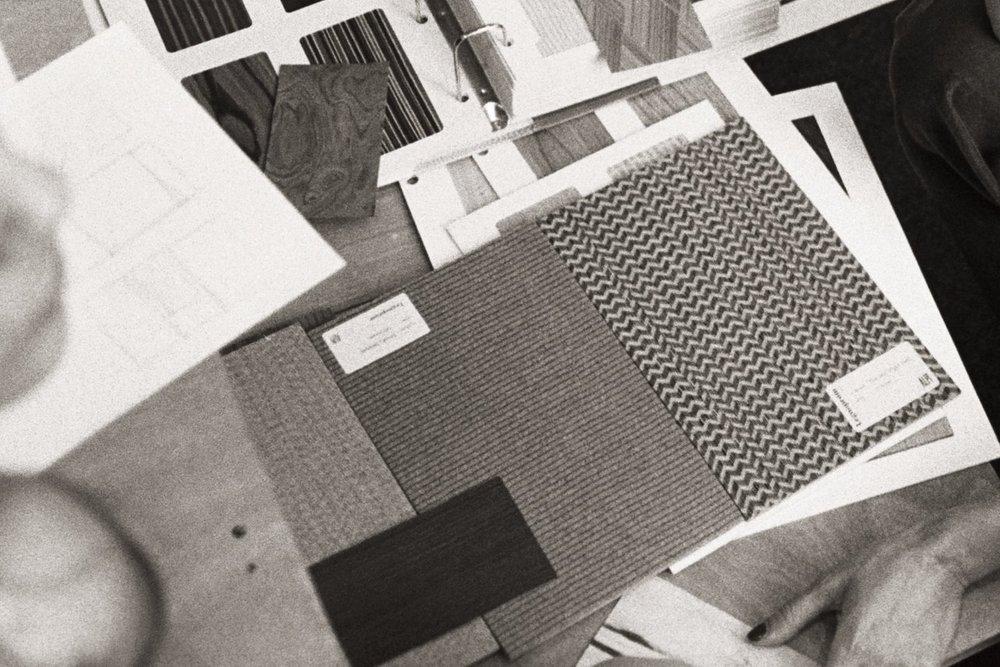 Поштучно - Образцы формата А4 удобно сравнить с другими материалами интерьера. Мы подготовили для вас как лакированные таблички, так и листы шпона в натуральном виде. Доставка за наш счет.