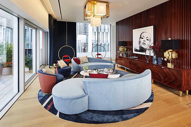 Гостиная. Два клубных дивана напоминают стиль американского дизайнера В. Кагана. Длинный шкаф, отделанный розовым деревом, — идеальное место для симметричных композиций. Лампы Puzzle, диз. Дж. Адлер.