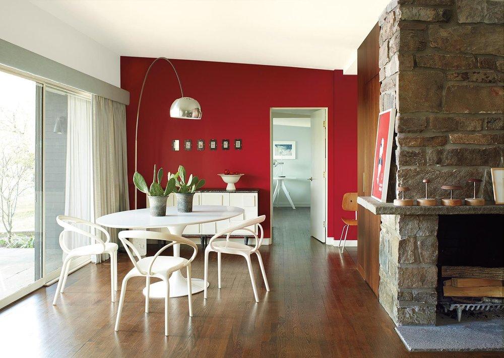 Насыщенный, глубокий красный - Benjamin Moore выбрали яркийCalienteв качестве своего цвета года. Этот оживленный оттенок красного задумывался, чтобы выделяться, но акцентная стена в таком огненном цвете может помочь
